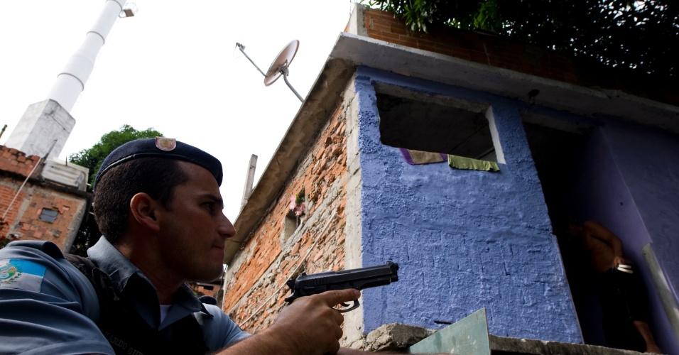 27.mai.2013 - Policiais patrulham local conhecido como Inferno Verde, no Morro do Alemão, zona norte do Rio de Janeiro, um dia após a troca de tiros em uma competição esportiva. Os traficantes deixaram uma mensagem à polícia nos muros da comunidade