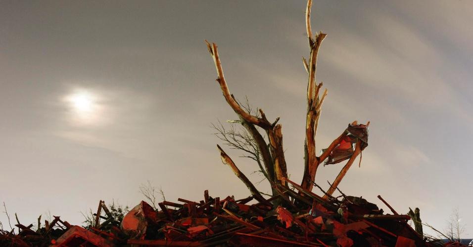 27.mai.2013 ? Uma semana após o tornado que devastou grande parte da cidade de Moore, em Oklahoma, os escombros das casas destruídas ainda estão espalhados pelos terrenos