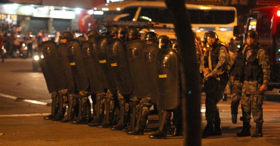 28.mai.2013 - Batalhão de choque observa estudantes durante protesto contra o aumento da tarifa do transporte coletivo de Goiânia na praça da Bíblia, no Setor Leste Universitário, na capital de Goiás. Com o acréscimo de 11%, a passagem passou de R$ 2,70 para R$ 3