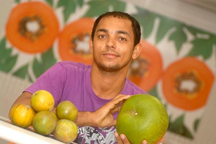 28.mai.2013 - Edmundo Souza Santos, 27, mostra uma laranja gigante de 1,6 kg cultivada em sua propriedade em São Felipe (BA), na manhã desta terça-feira (28). Segundo Edmundo, existem outras 20 laranjas gigantes