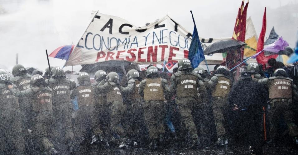 28.mai.2013 - Estudantes chilenos entram em conflito com a polícia e são dispersados por jatos de água durante manifestação pedindo ao presidente Sebastian Piñera mais qualidade na educação pública, em Santiago