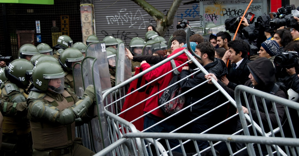 28.mai.2013 - Estudantes chilenos entram em conflito com a polícia e são dispersados por jatos de água durante protesto, em Santiago. Os manifestantes pedem ao presidente Sebastian Piñera mais qualidade na educação pública. A série de protestos por melhorias na educação chilena teve início em maio de 2011