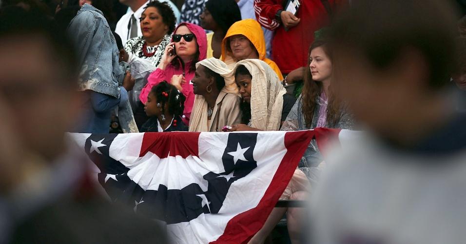 28.mai.2013 - Mesmo debaixo de chuva, multidão acompanha o discurso do presidente dos Estados Unidos, Barack Obama, durante visita a costa de Nova Jersey (EUA). Obama vistoria as obras de reconstrução do Estado americano devastado pelo furacão Sandy em outubro do ano passado