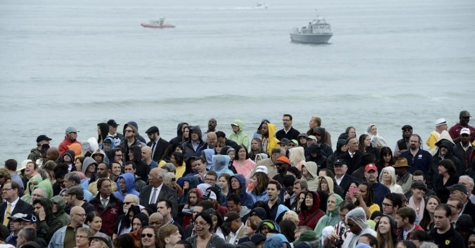 28.mai.2013 - Multidão se reúne no Parque Asbury, em New Jersey (EUA), para ouvir o discurso do presidente dos Estados Unidos, Barack Obama, durante visita à região devastada pelo furacão Sandy em outubro do ano passado