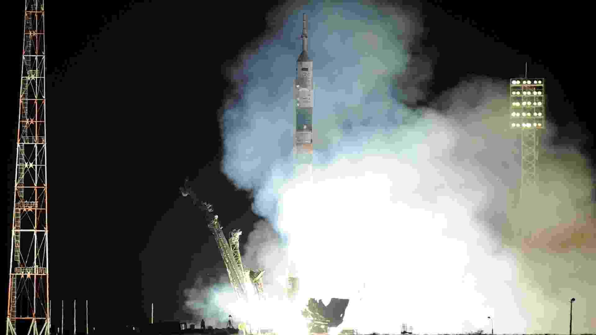 28.mai.2013 - A nave russa Soyuz é lançada com sucesso do Cosmódromo de Baikonur, no Cazaquistão, às 2h31 de quarta-feira - que corresponde às 17h31 de terça-feira, no fuso de Brasília. O foguete, que demorou nove minutos para atingir a órbita da Terra, deve atracar em cerca de seis horas na Estação Espacial Internacional (ISS, na sigla em inglês) com três astronautas a bordo - Kirill Kudryavtsev/Reuters