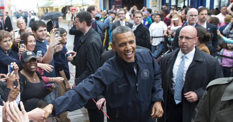28.mai.2013 - O presidente dos Estados Unidos, Barack Obama, cumprimenta pessoas durante visita a costa de Nova Jersey para vistoriar as obras de reconstrução do Estado americano devastado pelo furacão Sandy em outubro do ano passado