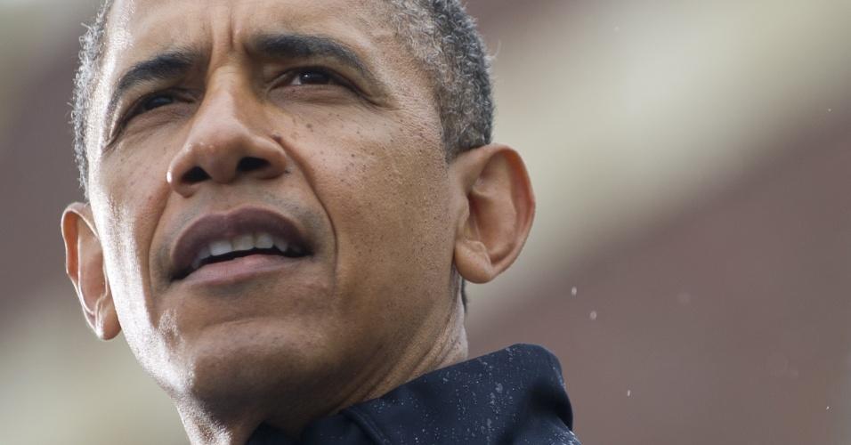 28.mai.2013 - O presidente dos Estados Unidos, Barack Obama, visita a costa de Nova Jersey para vistoriar as obras de reconstrução do Estado americano devastado pelo furacão Sandy em outubro do ano passado.  Mesmo debaixo de chuva, Obama discursou para uma multidão e ressaltou os esforços dessa revitalização