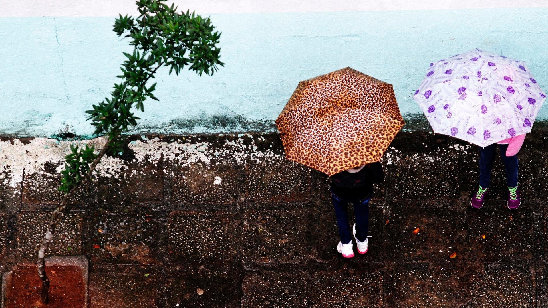 28.mai.2013 - Pedestres enfrentam chuva na região da Saúde, zona sul de São Paulo, nesta terça-feira (28). Pelo segundo dia consecutivo, a capital paulista registrou a tarde mais fria do ano, com temperatura máxima de 17.4ºC