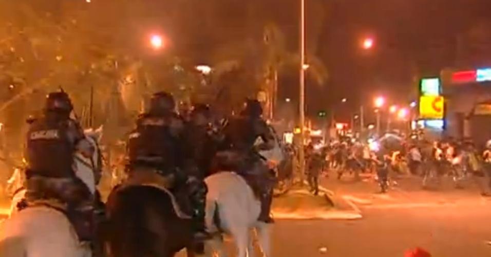 28.mai.2013 - Policiais militares e estudantes entram em confronto na praça da Bíblia, no Setor Leste Universitário, em Goiânia,  durante protesto contra o aumento da tarifa do transporte coletivo na capital de Goiás. Com o acréscimo de 11%, a passagem aumentou de R$ 2,70 para R$ 3