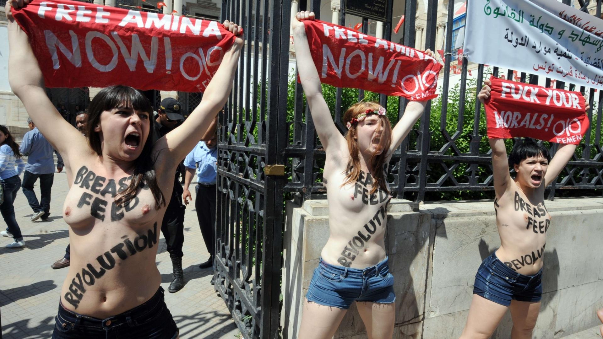 29.mai.2013 - Manifestantes do Grupo Femen protestam em frente ao Palácio da Justiça em Túnis, capital da Tunísia. Duas francesas e uma alemã exibiram faixas com os dizeres