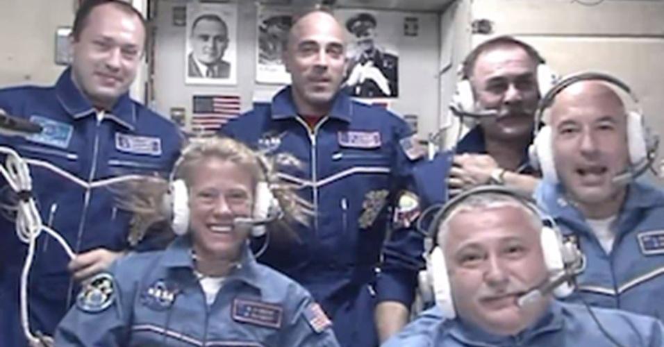 29.mai.2013 - O novo trio de astronautas da missão 36 na Estação Espacial Internacional - a norte-americana Karen Nyberg (abaixo, à esquerda), o russo Fyodor Yurchikhin (abaixo, no centro) e o italiano Luca Parmitano (à direita) - conversam com familiares durante a cerimônia de recepção na plataforma