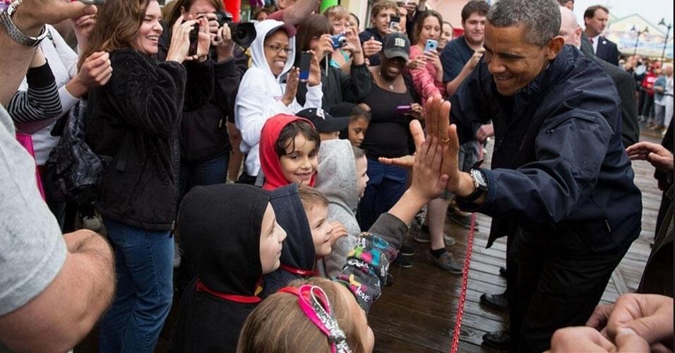 29.mai.2013 - O presidente americano, Barack Obama, cumprimenta garoto durante visita a área de Nova Jersey atingida pelo furacão Sandy em outubro de 2012. A imagem foi divulgada no Twitter da Casa Branca nesta quarta-feira (29), um dia após a visita de Obama à região