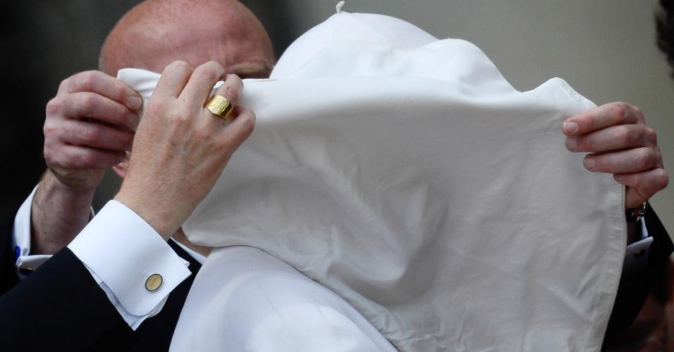 29.mai.2013 - Papa Francisco precisou ser ajudado após perder de 10 X 0 para o vento em sua audiência geral semanal na praça São Pedro, no Vaticano, em 29 de maio de 2013
