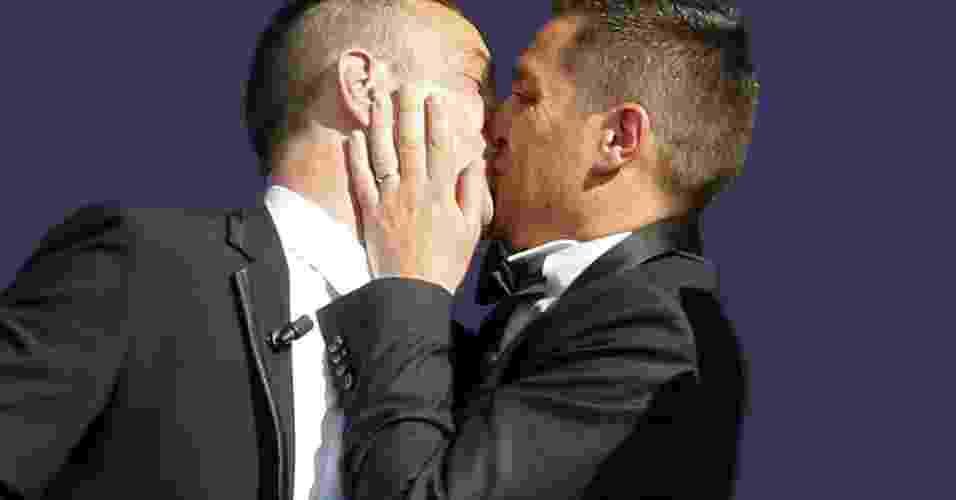 29.mai.2013 - Vincent Autin (à esq) e Bruno Boileau se beijam após a cerimônia de casamento do casal, a primeira união gay oficial da França, em salão da Prefeitura de Montpellier, nesta quarta-feira (29) - Philippe Laurenson/Reuters