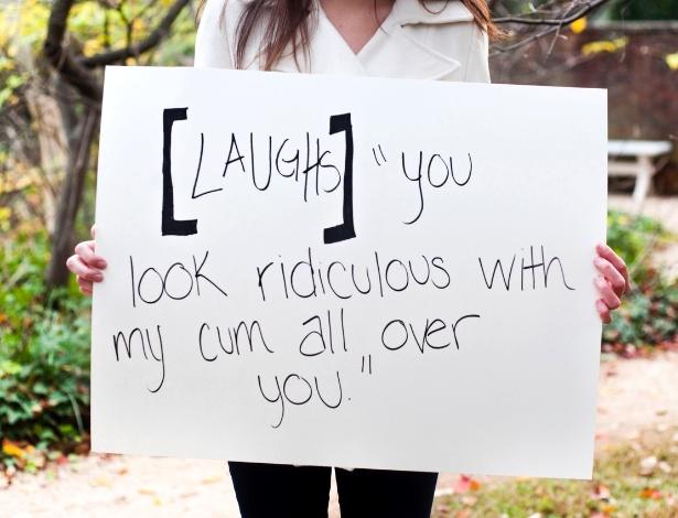 """29.mai.2013 - Vítima de estupro da cidade de Charlottesville, na Vírginia (EUA), mostra papel com a seguinte mensagem: [Risos] """"Você parece tão ridícula com todo meu esperma sobre você"""". Ela participa do projeto Unbreakable (inquebrável, em português), tumblr da fotógrafa norte-americana Grace Brown que reúne fotos de pessoas abusadas sexualmente segurando cartazes com frases ditas por seus agressores"""