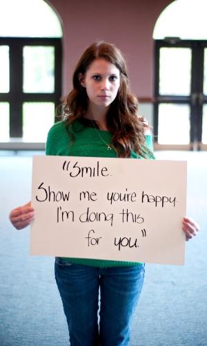 """29.mai.2013 - Vítima de estupro da cidade de Delaware, em Ohio (EUA), exibe papel com a seguinte mensagem: """"Sorria. Mostre-me que você está feliz. Estou fazendo isso por você"""". Ela participa do projeto Unbreakable (inquebrável, em português), tumblr da fotógrafa norte-americana Grace Brown que reúne fotos de pessoas abusadas sexualmente segurando cartazes com frases ditas por seus agressores"""