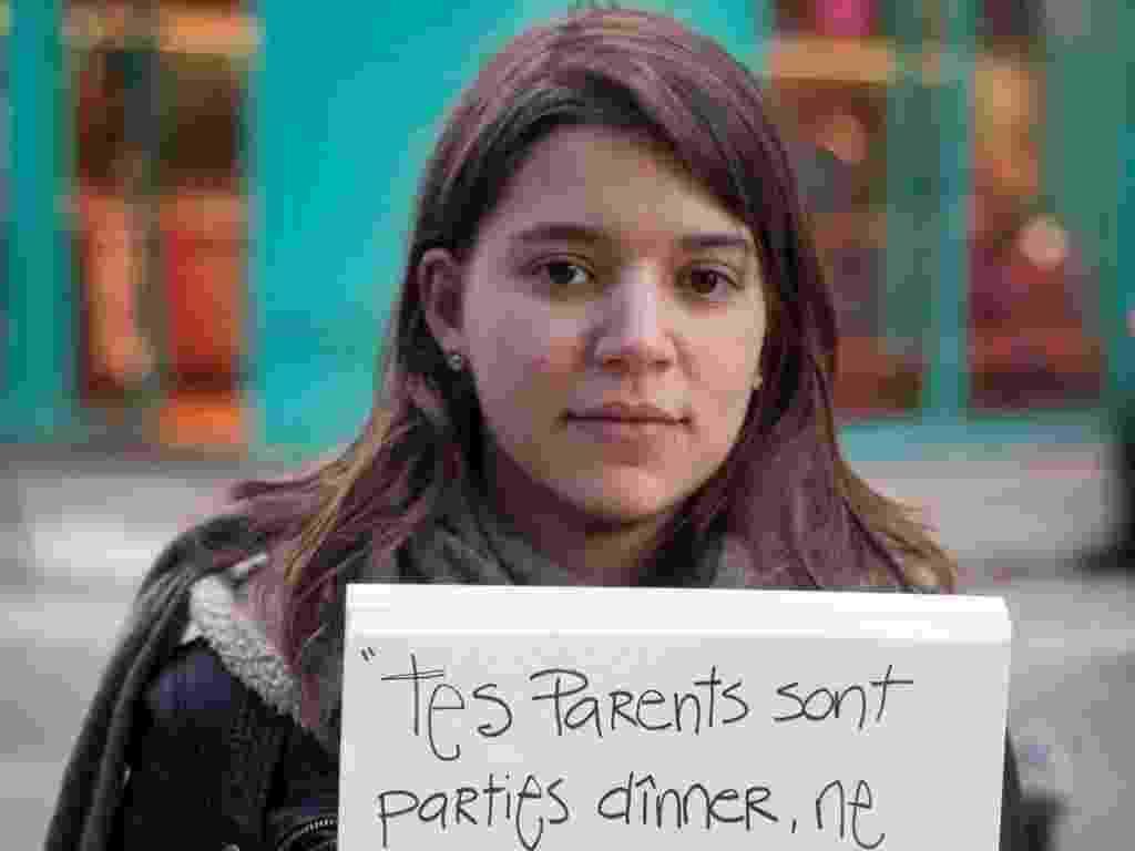 """29.mai.2013 - Vítima de estupro da cidade de Paris (França), mostra cartaz com a seguinte mensagem: """"Seus pais saíram para jantar, mas não se preocupe. Eu vou tomar conta de você"""". Ela participa do projeto Unbreakable (inquebrável, em português), tumblr da fotógrafa norte-americana Grace Brown que reúne fotos de pessoas abusadas sexualmente segurando cartazes com frases ditas por seus agressores - Grace Brown/projectunbreakable.tumblr.com"""