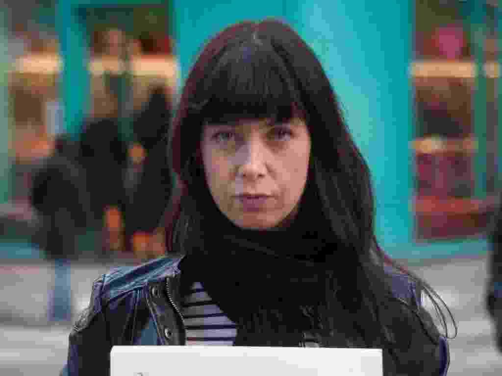 """29.mai.2013 - Vítima de estupro da cidade de Paris (França) mostra cartaz no qual se lê: """"Eu não lembro de nenhuma palavra específica, mas também eu era apenas um bebê. Lembro do seu olhar. Glacial"""". Ela participa do projeto Unbreakable (inquebrável, em português), tumblr da fotógrafa norte-americana Grace Brown que reúne fotos de pessoas abusadas sexualmente segurando cartazes com frases ditas por seus agressores - Grace Brown/projectunbreakable.tumblr.com"""