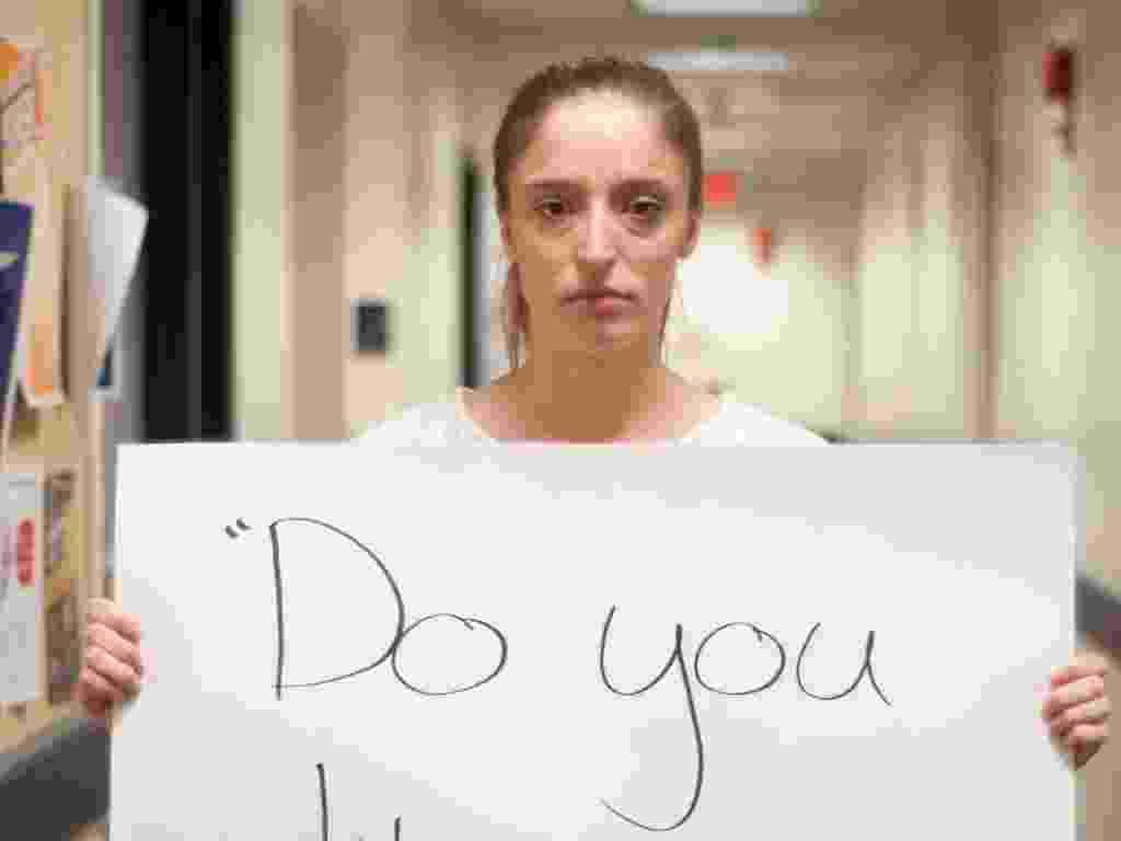 """29.mai.2013 - Vítima de estupro de Washington DC (EUA) mostra papel com a seguinte mensagem: """"Você está gostando?"""". Ela participa do projeto Unbreakable (inquebrável, em português), tumblr da fotógrafa norte-americana Grace Brown que reúne fotos de pessoas abusadas sexualmente segurando cartazes com frases ditas por seus agressores - Grace Brown/projectunbreakable.tumblr.com"""