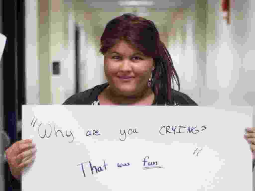"""29.mai.2013 - Vítima de estupro de Washington DC (EUA) segura papel no qual se lê: """"Por que você está chorando? Foi divertido"""". Ela participa do projeto Unbreakable (inquebrável, em português), tumblr da fotógrafa norte-americana Grace Brown que reúne fotos de pessoas abusadas sexualmente segurando cartazes com frases ditas por seus agressores - Grace Brown/projectunbreakable.tumblr.com"""