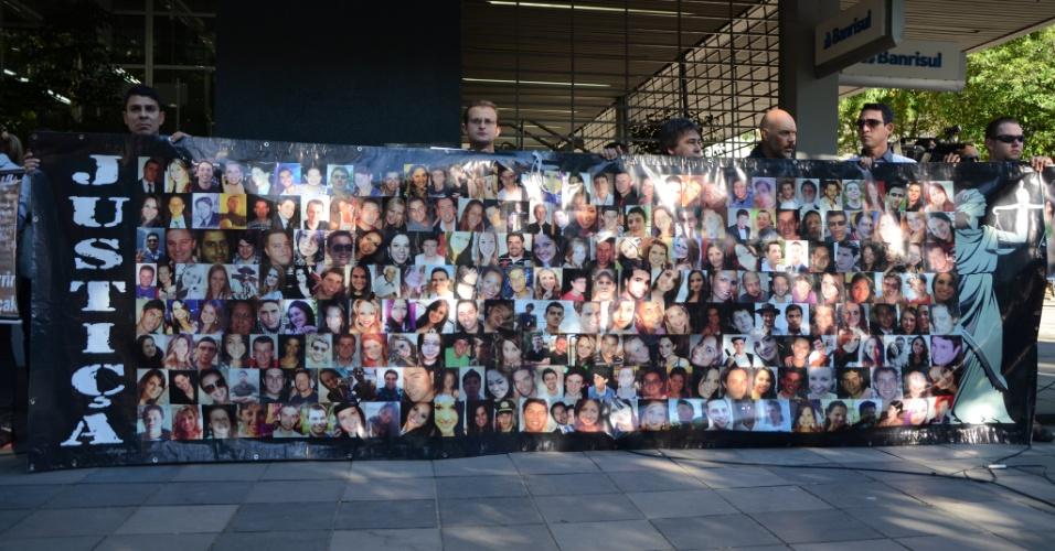 30.mai.2013 - Com um cartaz com as fotos das 242 vítimas da tragédia na boate Kiss, pais e familiares participam de um ato em Santa Maria (RS) em repúdio à decisão do Tribunal de Justiça do Rio Grande do Sul que determinou a soltura de quatro réus do caso --eles deixaram o presídio na noite de quarta-feira (29). Em círculo, os manifestantes erguem cartazes com pedido de justiça e fotos das vítimas. Eles também gritam palavras como