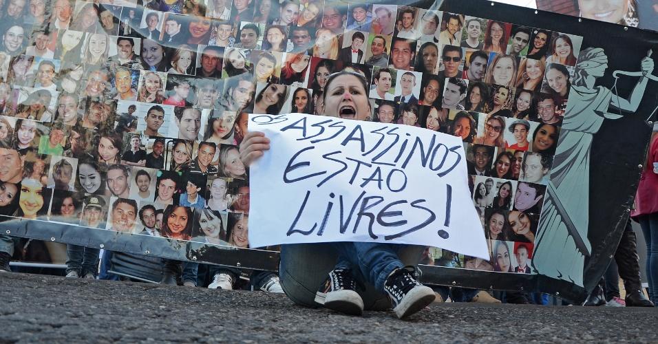 30.mai.2013 - Manifestante grita palavras de repúdio à decisão do Tribunal de Justiça do Rio Grande do Sul que determinou a soltura de quatro réus da tragédia na boate Kiss durante ato realizado pelas ruas de Santa Maria (RS)