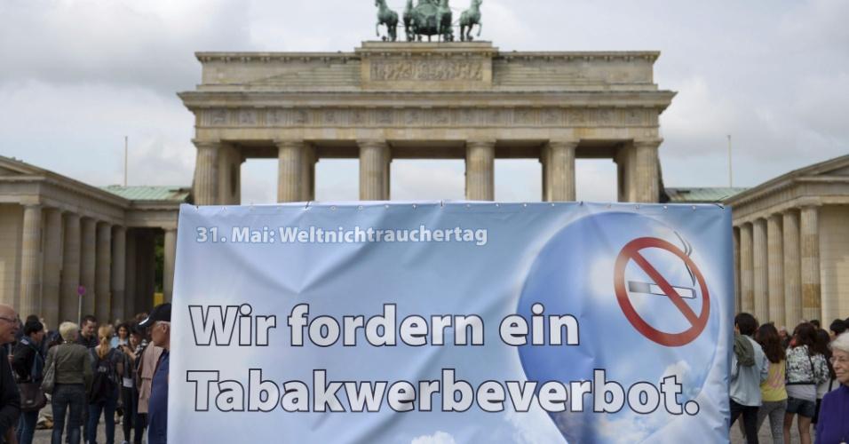 30.mai.2013 - Manifestantes pedem proibição de publicidade de cigarros durante protesto em Berlim, na Alemanha, nesta quinta-feira (30), durante campanha do Dia Mundial Sem Tabaco