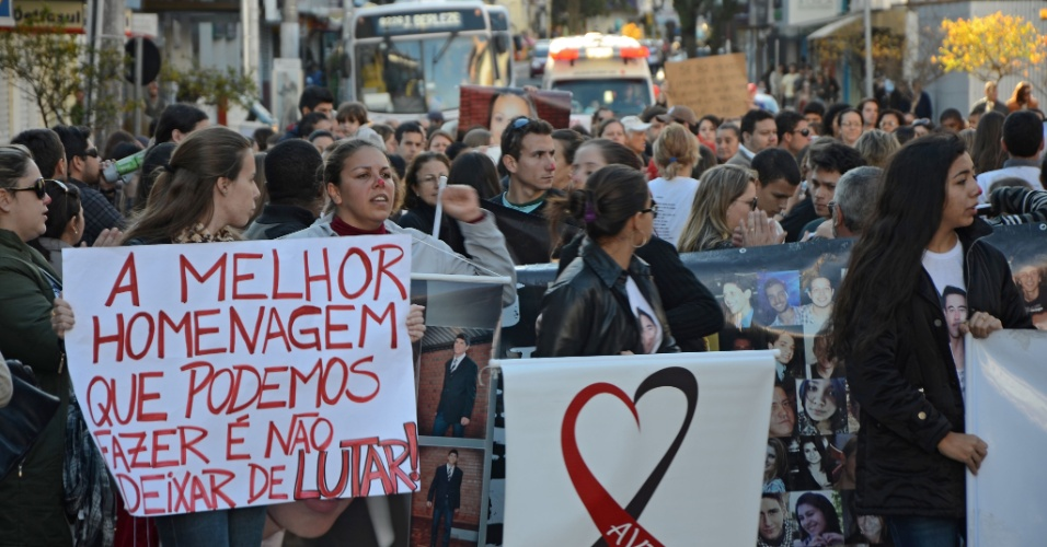 30.mai.2013 - Mulher pinta o nariz de vermelho para participar de ato realizado em Santa Maria (RS) em repúdio à decisão do Tribunal de Justiça do Rio Grande do Sul que determinou a soltura de quatro réus da tragédia na boate Kiss --eles deixaram o presídio na noite de quarta-feira (29)