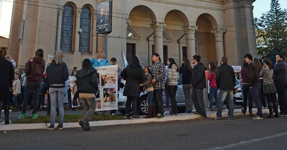 30.mai.2013 - Pais e familiares de vítimas da tragédia na boate Kiss invadem as ruas de Santa Maria (RS) em repúdio à decisão do Tribunal de Justiça do Rio Grande do Sul que determinou a soltura de quatro réus do caso --eles deixaram o presídio na noite de quarta-feira (29)