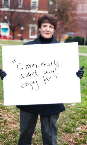 """30.mai.2013 - Vítima de estupro da cidade de Charlottesville, na Vírginia (EUA), mostra cartaz no qual se lê: """"Vamos lá. Tem certeza que você não gostou?"""". Ela participa do projeto Unbreakable (inquebrável, em português), tumblr da fotógrafa norte-americana Grace Brown que reúne fotos de pessoas abusadas sexualmente segurando cartazes com frases ditas por seus agressores"""