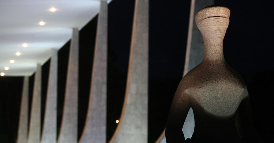 Estátua em frente ao STF em Brasília