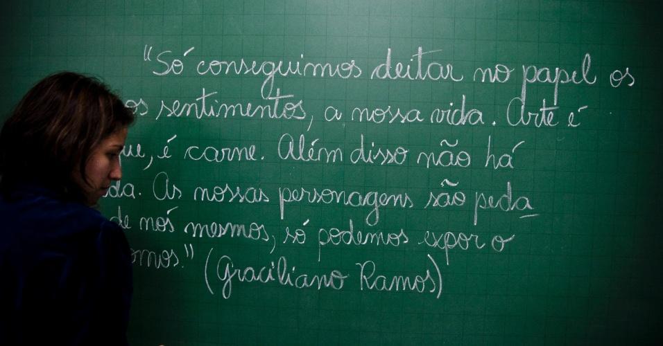 Lousa com excerto de literatura, português, gramática, lousa, sala de aula