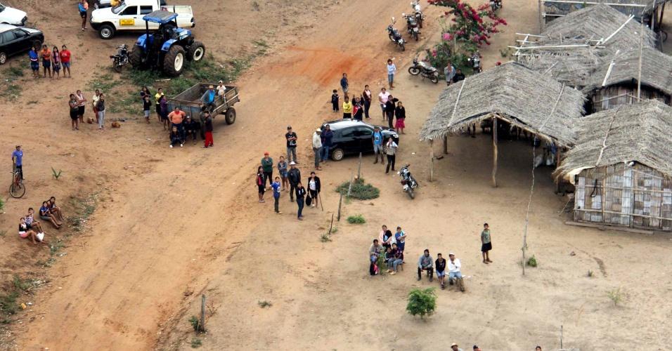 30.mai.2013 - Índios da etnia Terena entram em confronto com policiais federais e militares em reintegração de posse na fazenda Buriti, em Sidrolândia, cidade a 72 km de Campo Grande, no Mato Grosso do Sul, nesta quinta-feira (30). Um índio morreu e quatro ficaram feridos