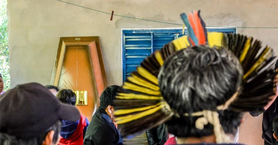 31.mai.2013 - Corpo do índio terena Oziel Gabriel, 35, morto durante reintegração de posse de uma fazenda nesta quinta-feira (30) é velado em Sidrolândia (MS). A família se recusa a sepultar o corpo sem que seja feita uma segunda autópsia