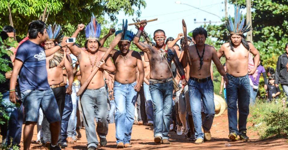 31.mai.2013 - Grupo de indígenas percorrem aldeia clamando por justiça pela morte do índio terena Oziel Gabriel, 35, morto durante reintegração de posse de uma fazenda nesta quinta-feira (30). O corpo está sendo velado em Sidrolândia, a 70 km de Campo Grande (MS)