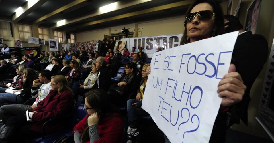 31.mai.2013 - Integrantes da AVTSM (Associação dos Familiares das Vítimas e Sobreviventes da Tragédia de Santa Maria) exibem cartazes com pedidos de Justiça durante a sessão da CPI da Boate Kiss, realizada na Câmara de Vereadores de Santa Maria (RS)