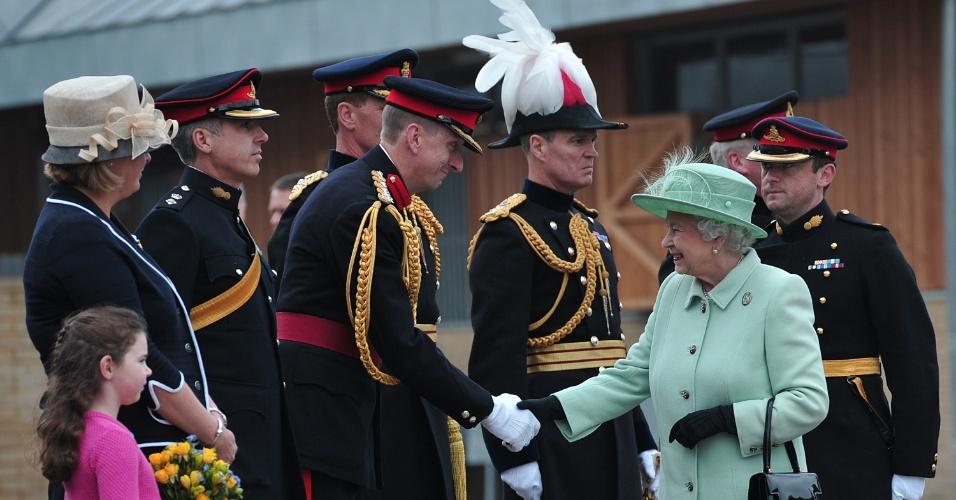 31.mai.2013 - Rainha Elizabeth 2ª, da Inglaterra, visita quartel militar no distrito de Woolwich, no sudeste de Londres, onde trabalhava o soldado Lee Rigby, que foi atacado e morto a facadas. A visita estava programada desde antes do assassinato, mas a rainha prestou homenagens ao soldado em particular, reunindo-se com alguns de seus superiores e colegas