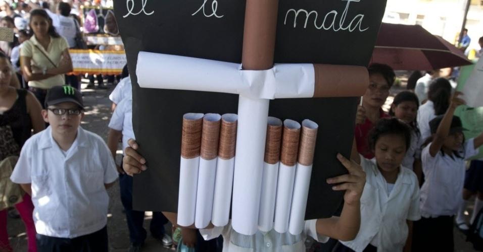 31.mai.2013: Crianças carregaram cartaz com um cruz feita de cigarros, em Tegucigalpa, Honduras, celebrando o Dia Mundial Sem Tabaco, 31 de maio