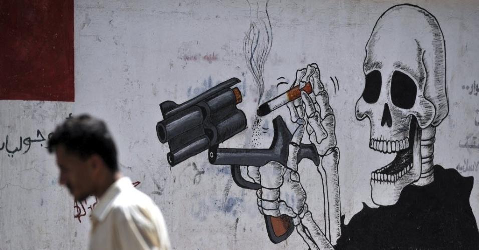 31.mai.2013: Homem passa em frente a um grafite contra o consumo de tabaco em Sana, no Iêmen
