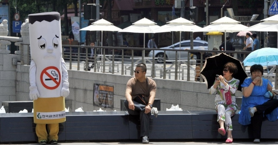 31.mai.2013: um ativista sul-coreano se veste de cigarro durante campanha no Dia Mundial Sem Tabaco, em Seul