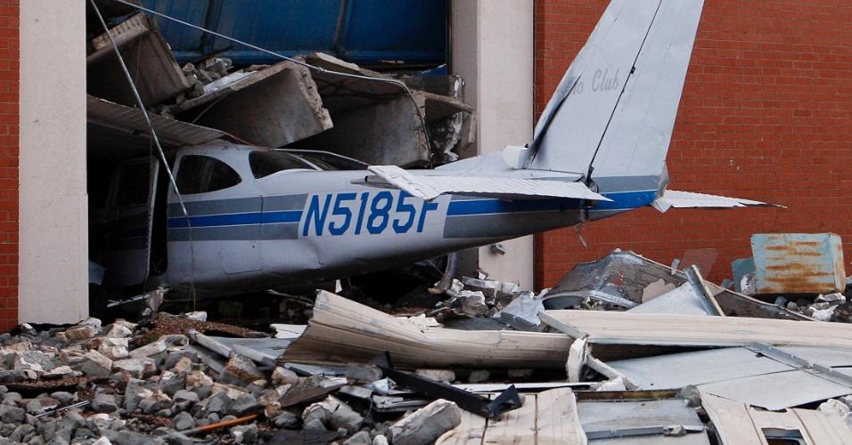 1º.jun.2013 - Centro de aviação é danificado durante a passagem de um novo tornado em El Reno, Oklahoma (EUA). Mais de dez pessoas morreram na região, menos de duas semanas depois da passagem de um fenômeno natural semelhante em Moore que deixou outros 24 mortos e 324 feridos