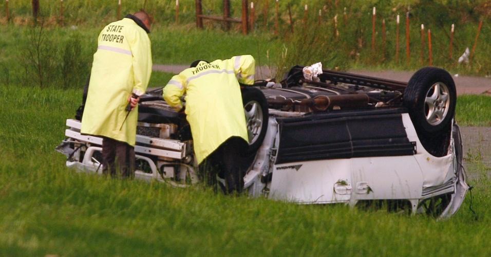 1.jun.2013 - Policiais rodoviários analisam carro que foi virado de cabeça para baixo durante a passagem de um tornado em El Reno, Oklahoma. Segundo a mídia local, o carro transportava uma mulher e seu filho, quando foram atingidos pelas fortes tempestades de vento