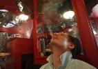 Rússia tenta se livrar do vício em cigarro com verba americana - Maxim Shemetov/Reuters