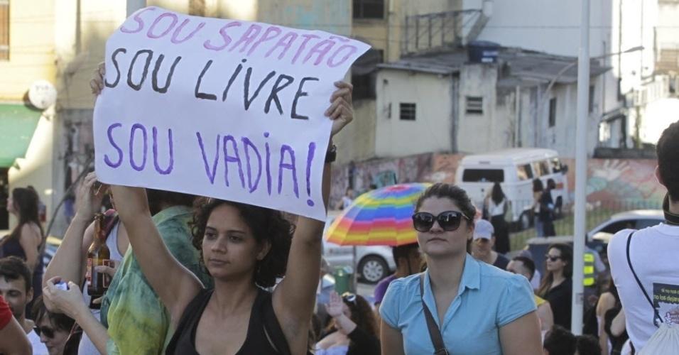 1º.jun.2013 - Participante da 11ª Caminhada de Lésbicas e Bissexuais de São Paulo mostra cartaz enquanto faz o trajeto entre vão do Masp e a praça Roosevelt, na região central da capital paulitsa. O evento foi realizado na véspera da Parada Gay e tem como objetivo exigir acesso a mais direitos e para denunciar a violência lesbofóbica