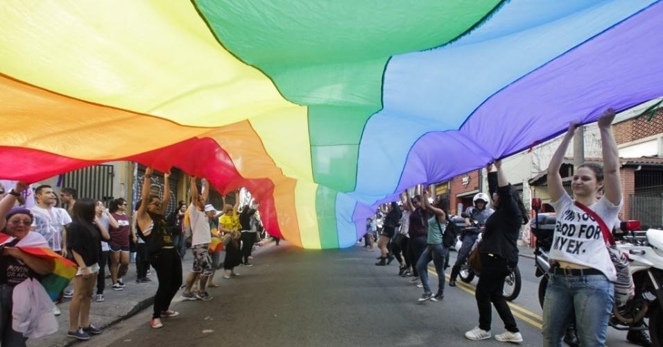1º.jun.2013 - Participantes da 11ª Caminhada de Lésbicas e Bissexuais de São Paulo estendem bandeira com as cores do arco-íris no trajeto entre o vão do Masp e a praça Roosevelt, região central da capital paulitsa. O evento foi realizado na véspera da Parada Gay e tem como objetivo exigir acesso a mais direitos e para denunciar a violência lesbofóbica
