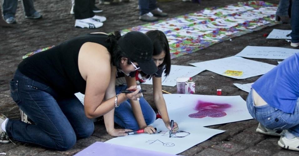 1º.jun.2013 - Participantes da 11ª Caminhada de Lésbicas e Bissexuais de São Paulo se preparam sob o vão do Masp, na avenida Paulista, neste sábado (1º), com cartazes e faixas. O evento foi realizado na véspera da Parada Gay da capital paulista e tem como objetivo exigir acesso a mais direitos e para denunciar a violência lesbofóbica