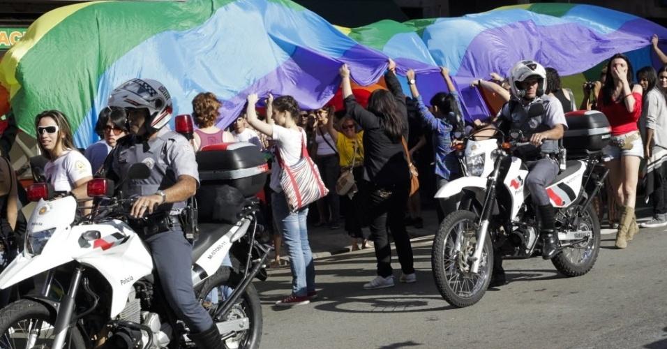 1º.jun.2013 - Policiais militares acompanham a 11ª Caminhada de Lésbicas e Bissexuais de São Paulo, entre o vão do Masp e a praça Roosevelt, região central da capital paulista. O evento foi realizado na véspera da Parada Gay e tem como objetivo exigir acesso a mais direitos e para denunciar a violência lesbofóbica
