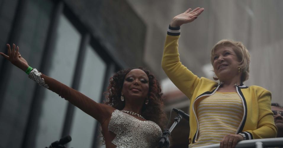 2.jun.2013 - A ministra da Cultura, Marta Suplicy, acena para multidão durante a 17ª edição da Parada Gay de São Paulo, realizada na avenida Paulista, na região central da capital