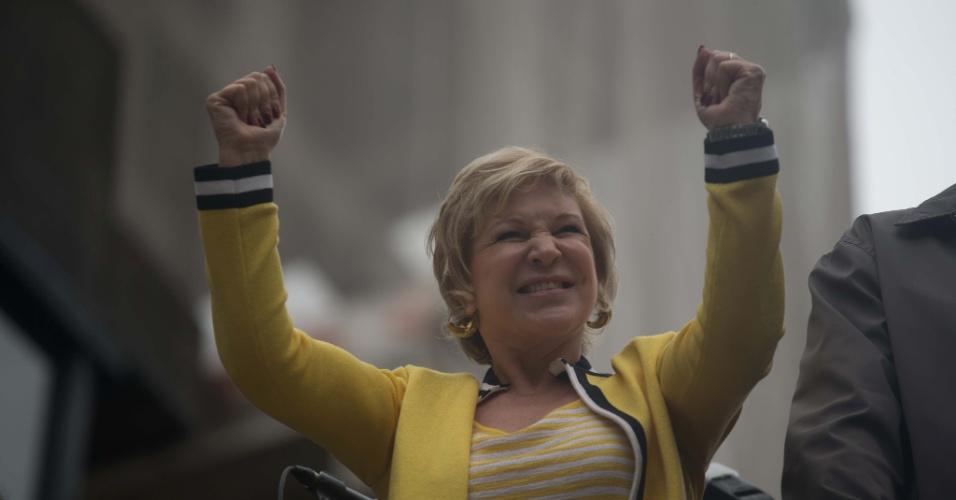 2.jun.2013 - A ministra da Cultura, Marta Suplicy, integra o primeiro dos 17 trios elétricos que animam a 17ª edição da Parada Gay de São Paulo, realizada na avenida Paulista, na região central da capital