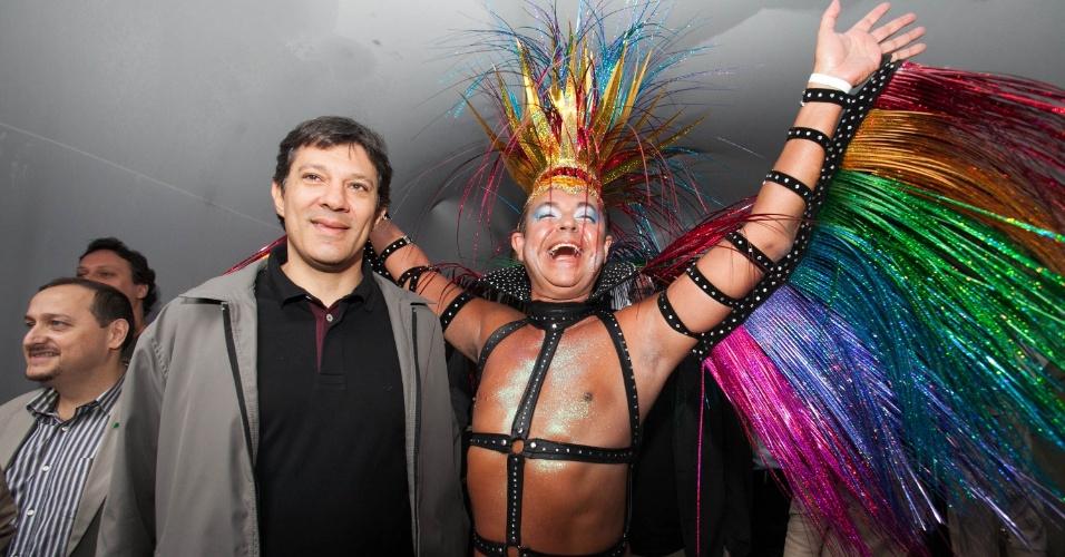 2.jun.2013 - Ao participar da 17ª edição da Parada Gay de São Paulo, realizada na avenida Paulista, na região central da capital, o prefeito Fernando Haddad (à esquerda) ganha abraço de manifestante. Durante a abertura do evento, Haddad comparou os gays aos cristãos.